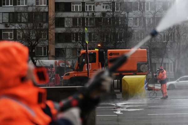 Сотрудники коммунальных служб во время уборки на улице Новинский бульвар в Москве.