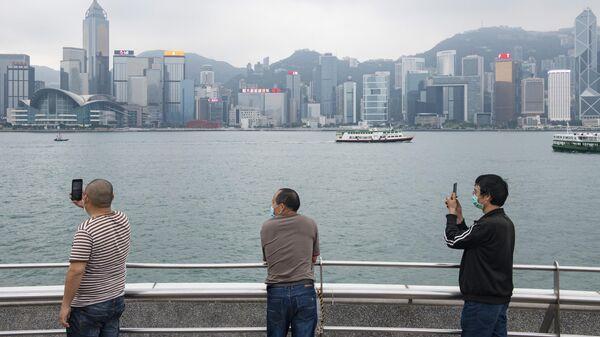 Туристы в медицинских масках на набережной в Гонконге