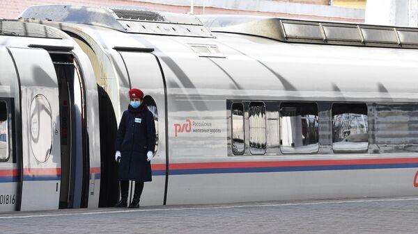 Пассажирский поезд Сапсан на Ленинградском вокзале в Москве