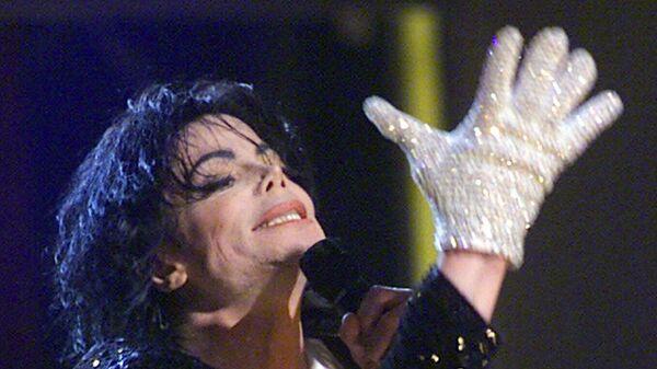 Майкл Джексон в своей знаменитой белой перчатке