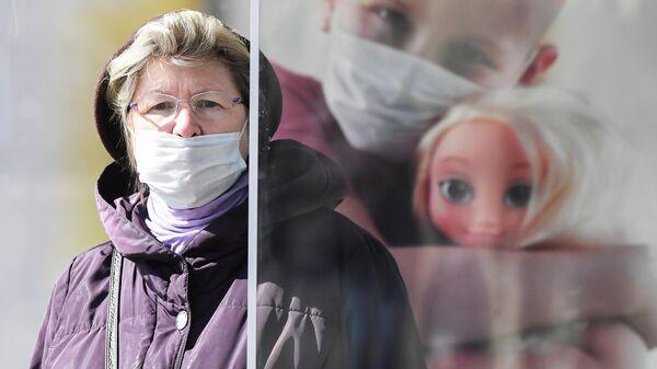 Женщина в медицинской маске на улице В Москве