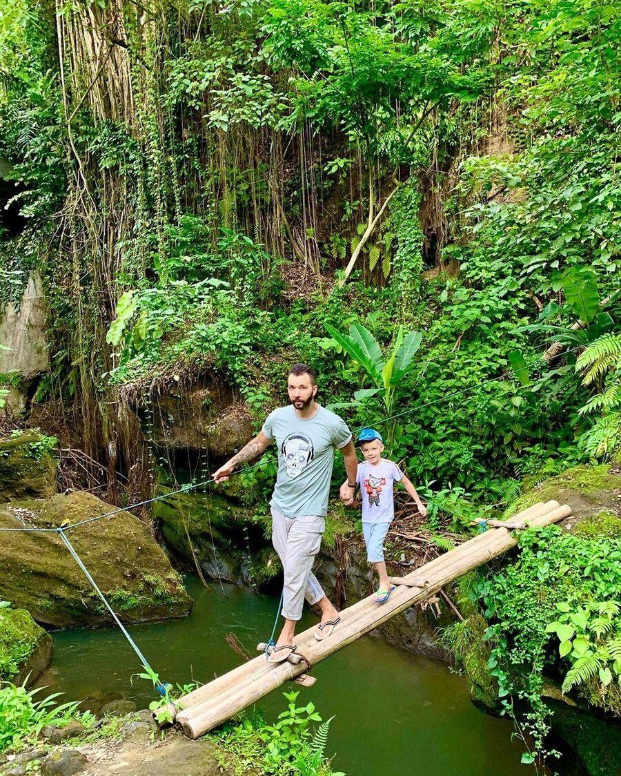 Денис Клявер с ребенком на Бали