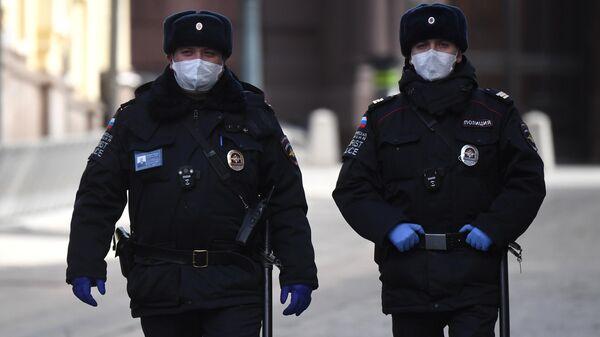 Полицейские в медицинских масках на улице Кузнецкий мост