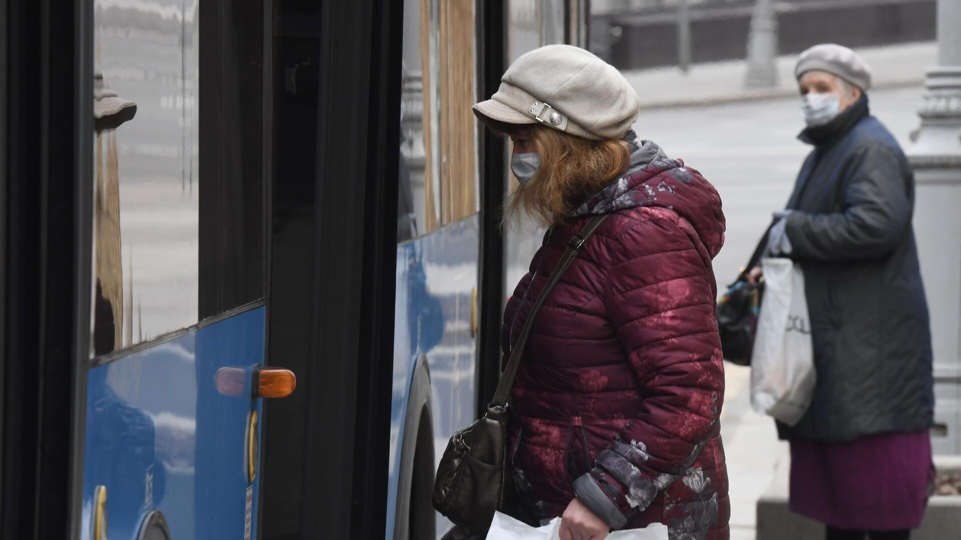 Женщины в медицинских масках у городского автобуса в Москве - РИА Новости, 1920, 23.09.2020
