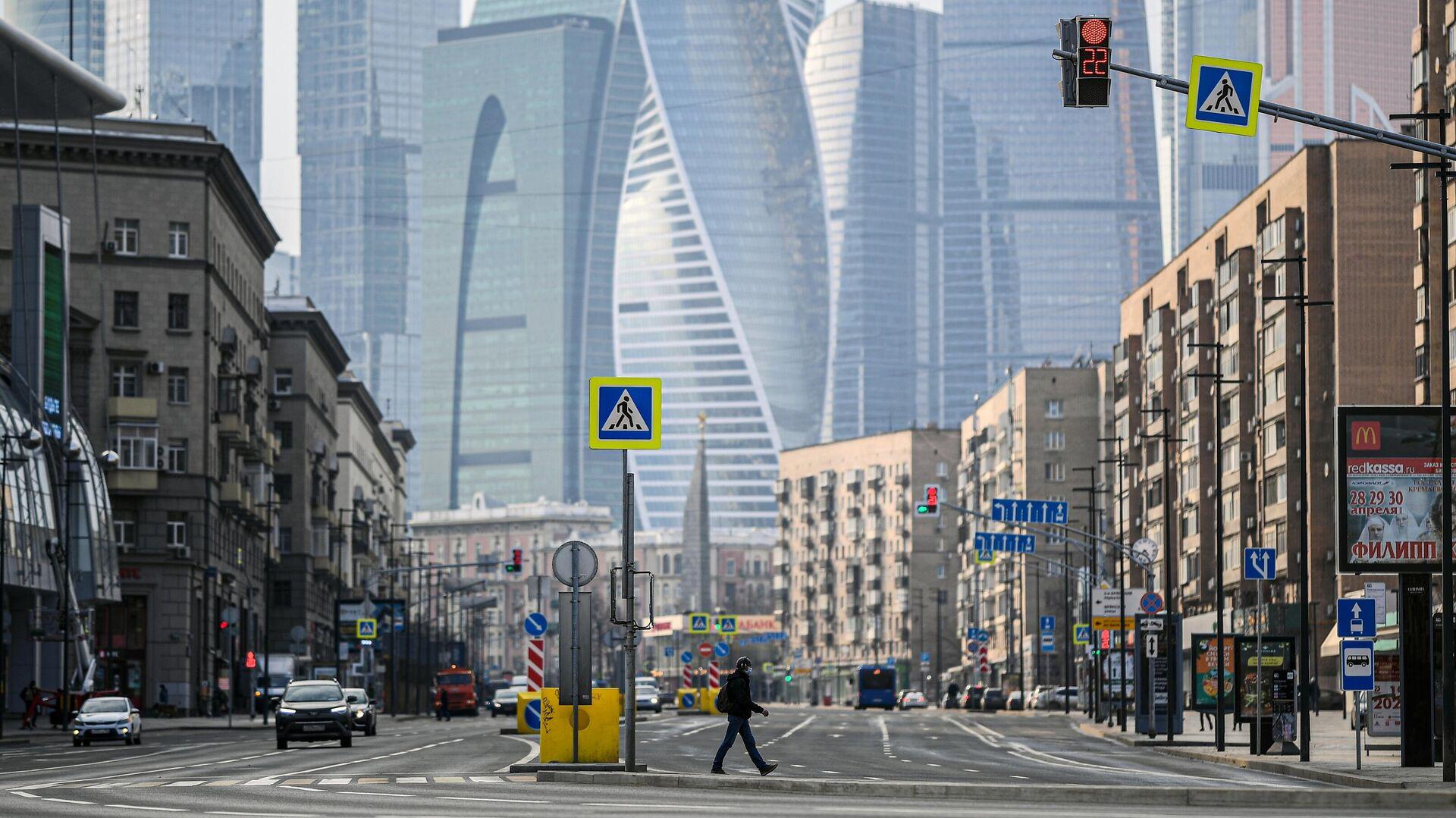 Пешеход переходит Большую Дорогомиловскую улицу в Москве - РИА Новости, 1920, 08.05.2020