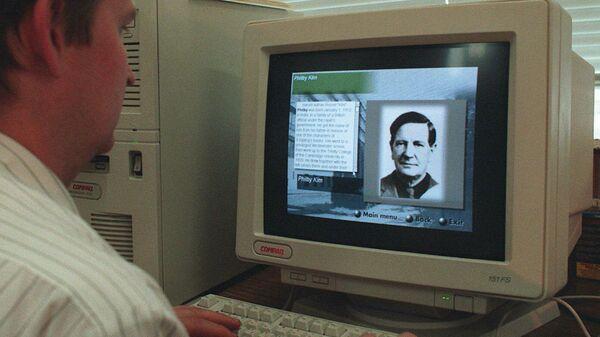 Фотография разведчика Кима Филби на экране монитора. 1996 год