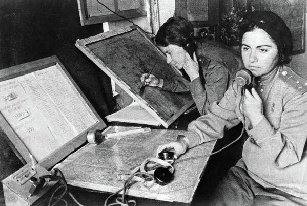 Оператор Нина Словохотова (слева) и штурман авиаполка Зулейха Сеид-Мамедова в штабе наведения