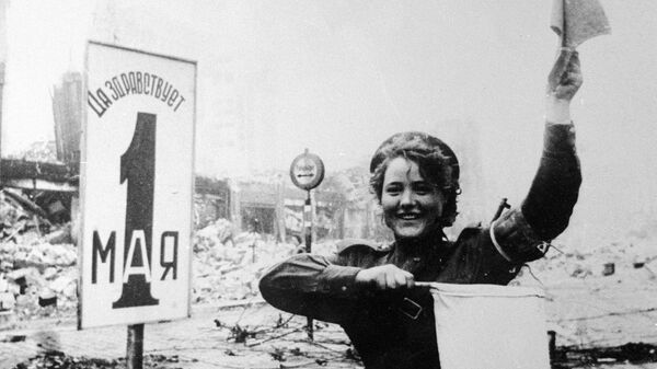 Военная регулировщица Мария Шальнева на Александерплац в Берлине