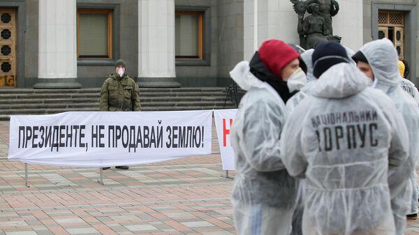 Участники акции протеста Раду на карантин выступают у здания Верховной рады Украины в Киеве