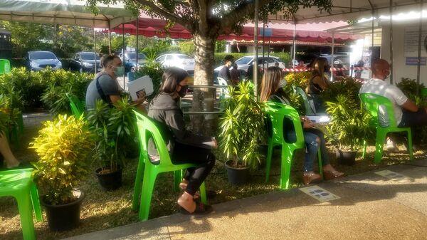 Туристы в миграционном центре в Таиланде