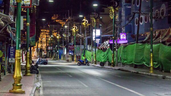 Пустая улица в курортном районе Патонга в Таиланде