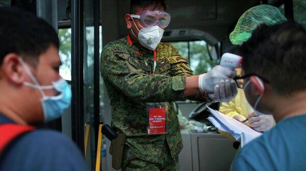 Проверка температуры тела медицинских работников на Филиппинах