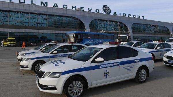 Автомобили ДПС у здания аэропорта Толмачево