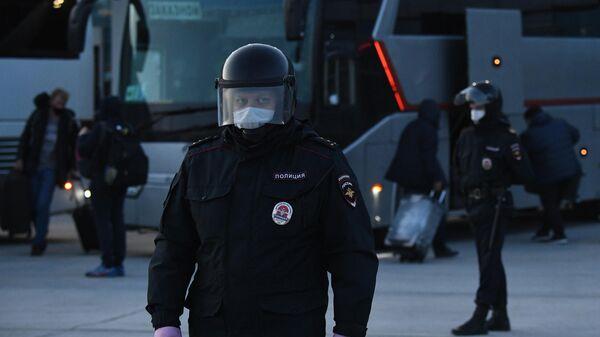 Сотрудники полиции в аэропорту Толмачево