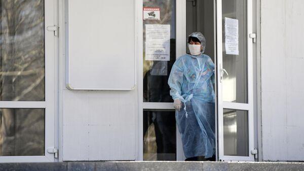 Врач в медицинской маске и халате в Симферополе