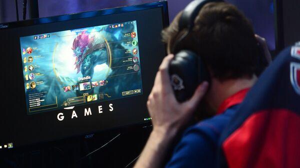 Молодой человек играет в компьютерную игру