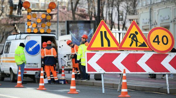 Сотрудники дорожной службы наносят и обновляют разметки на улицах в Москве