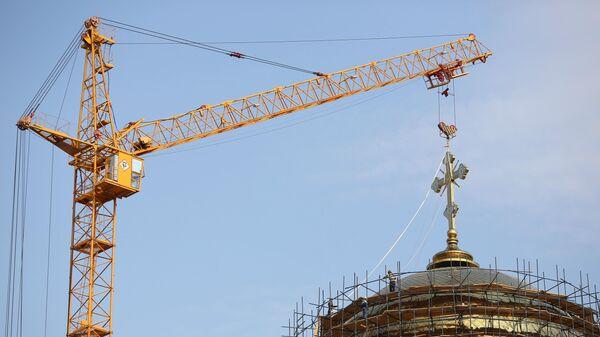 Установка креста на главном куполе храма Александра Невского в Волгограде