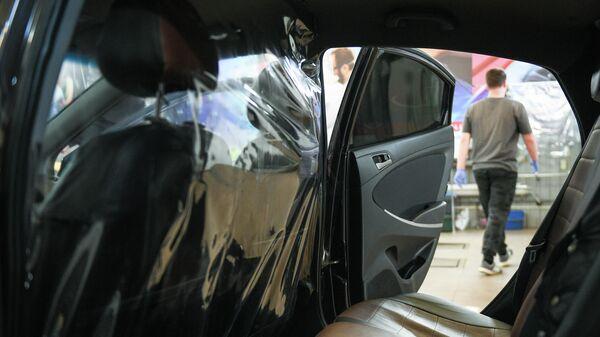 Защитная перегородка между водителем и пассажиром в автомобиле сервиса заказа такси Ситимобил