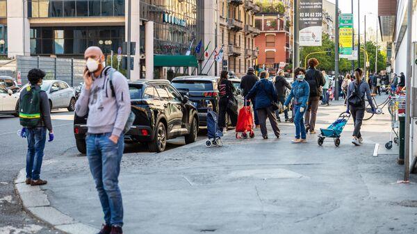 Прохожие на одной из улиц Милана