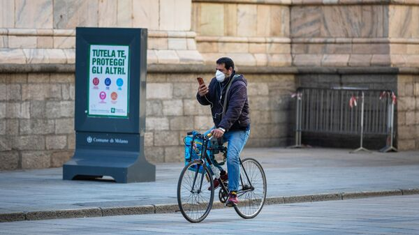 Велосипедист на одной из улиц Милана