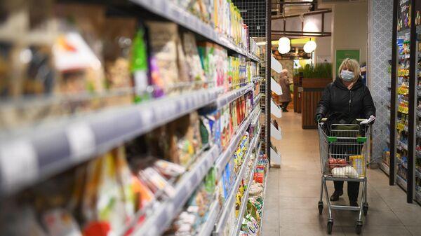 Социальный работник закупает товары для продуктовых наборов пенсионерам в Москве