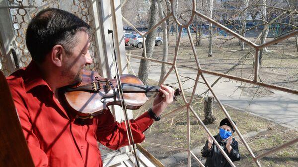 Музыкант оркестра Челябинского государственного академического театра оперы и балета имени М. И. Глинки Илдар Жалилов репетирует на балконе своего дома