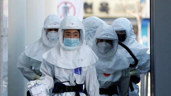 Медицинские работники в больнице для пациентов с коронавирусом в Тэгу