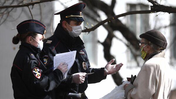 Сотрудники полиции проверяют документы пенсионерки в Москве