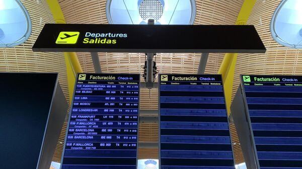 Первый за две недели самолет из Испании в Россию на табло вылетов в аэропорту Мадрида