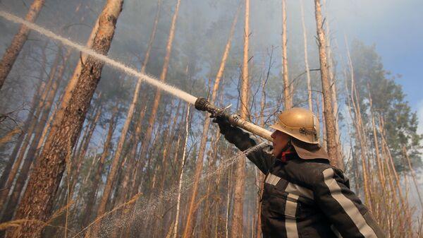 Пожарный во время тушения пожара в зоне отчуждения Чернобыльской АЭС
