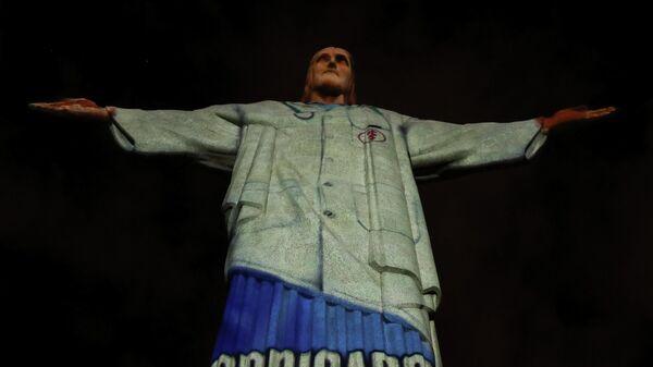 Статуя Христа-Искупителя с проекцией медицинского костюма в Рио-де-Жанейро