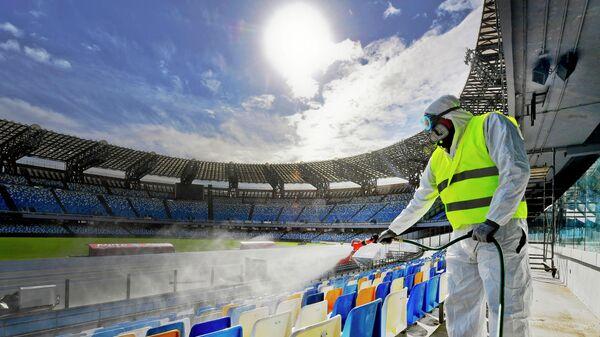 Сотрудник проводит дезинфекцию стадиона Сан-Сиро