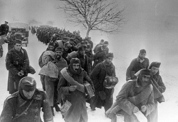 Взятые советскими войсками пленные направляются в тыл. 2-й Украинский фронт