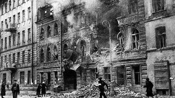 На улице Маяковского в Ленинграде во время обстрела немецкой артиллерией