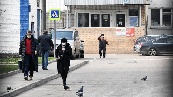 У входа в здание городской клинической больницы имени С. И. Спасокукоцкого в Москве