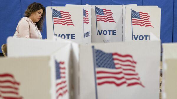Избиратель на участке для предварительного голосования по отбору кандидатов на президентских выборах в США