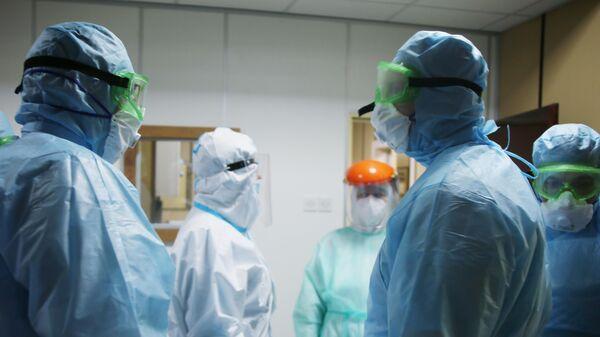 Медики в госпитале в городе Ниш, в котором российские военные специалисты помогают подготовиться к приему пациентов во время эпидемии коронавируса nCoV-2019
