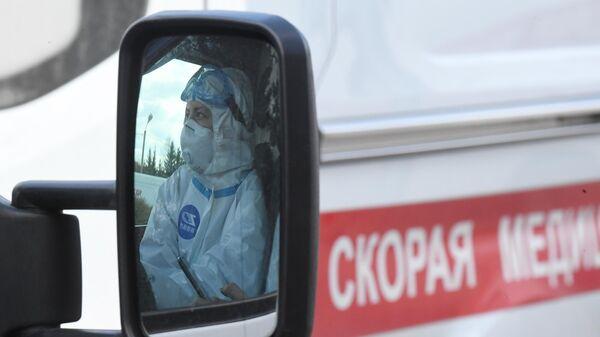 Медицинский работник в автомобиле скорой помощи