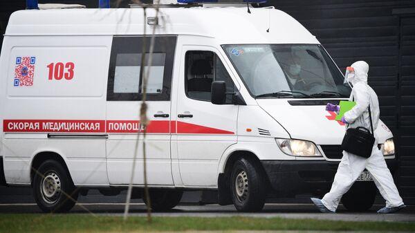Медик у машины скорой помощи