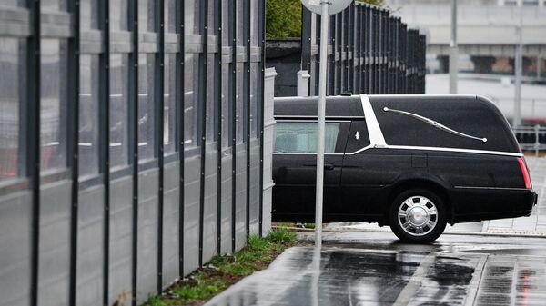 Автомобиль ритуальной службы заезжает на территорию больницы в Коммунарке