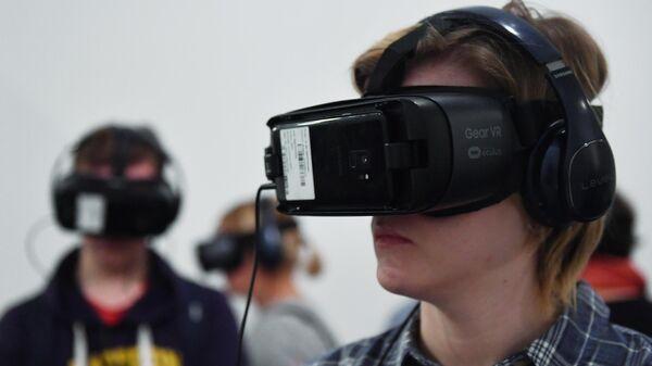 Молодой человек в VR-очках