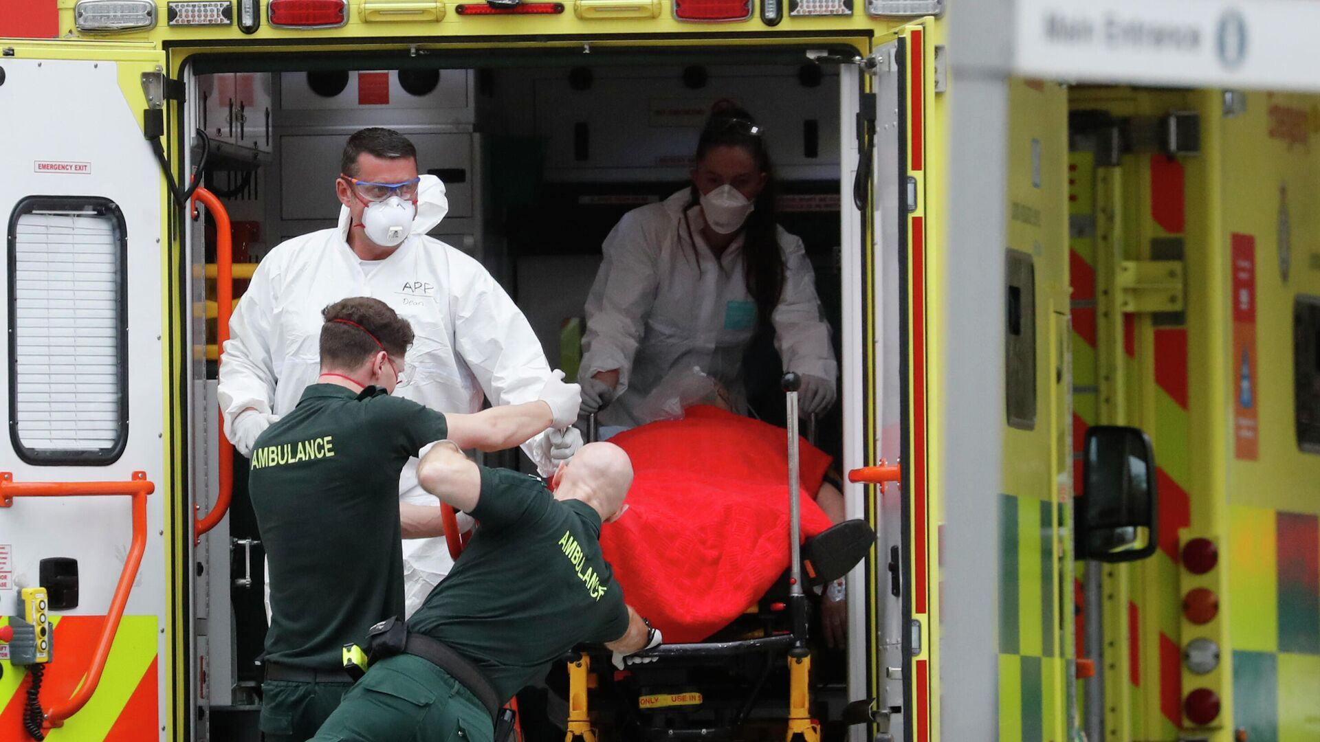 Медицинские сотрудники в защитных костюмах, доставляют пациента в больницу Святого Томаса в Лондоне, Британия - РИА Новости, 1920, 29.05.2021