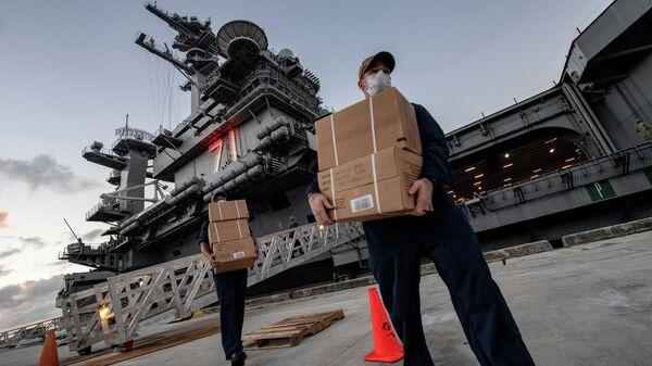Доставка готовой еды морякам судна ВМС США Теодор Рузвельт, заразившимся коронавирусом COVID-19