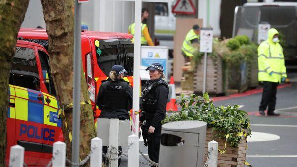 Полицейские  возле больницы в Лондоне, Великобритания