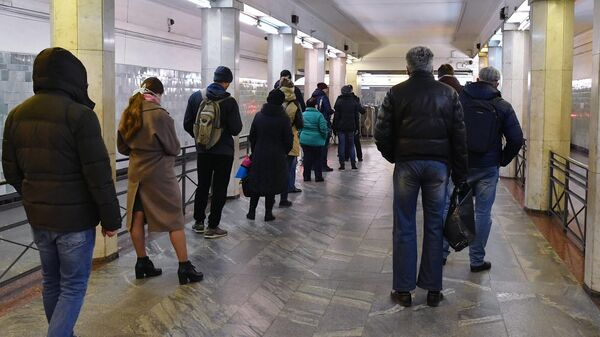 Проверка электронных пропусков у пассажиров на станции метро Сокольники в Москве