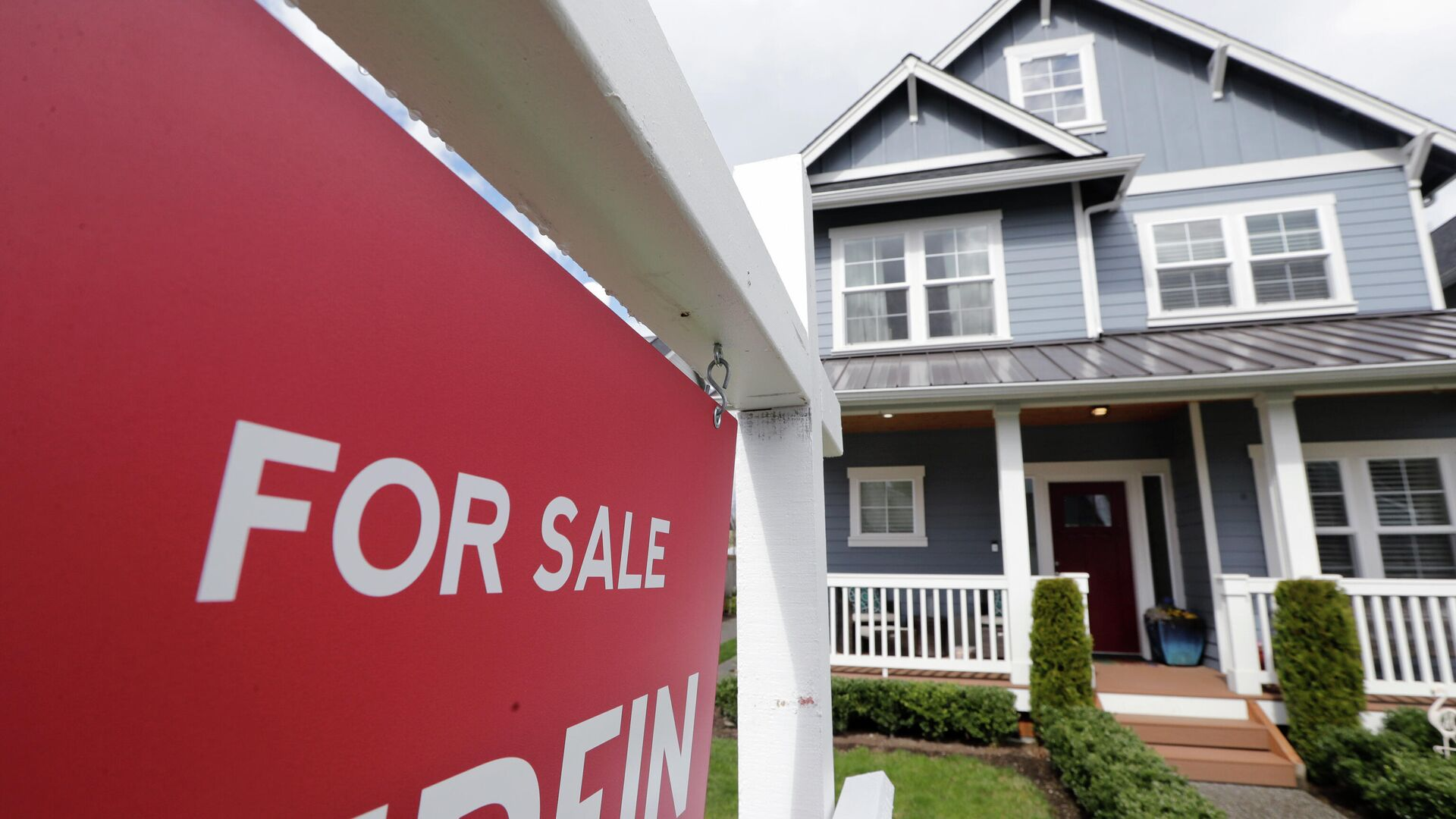 Табличка с объявлением о продаже дома в Монро, штат Вашингтон - РИА Новости, 1920, 28.01.2021