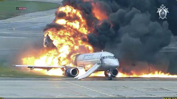Кадр видео катастрофы самолета в аэропорту Шереметьево в 2019 году, опубликованного СК РФ