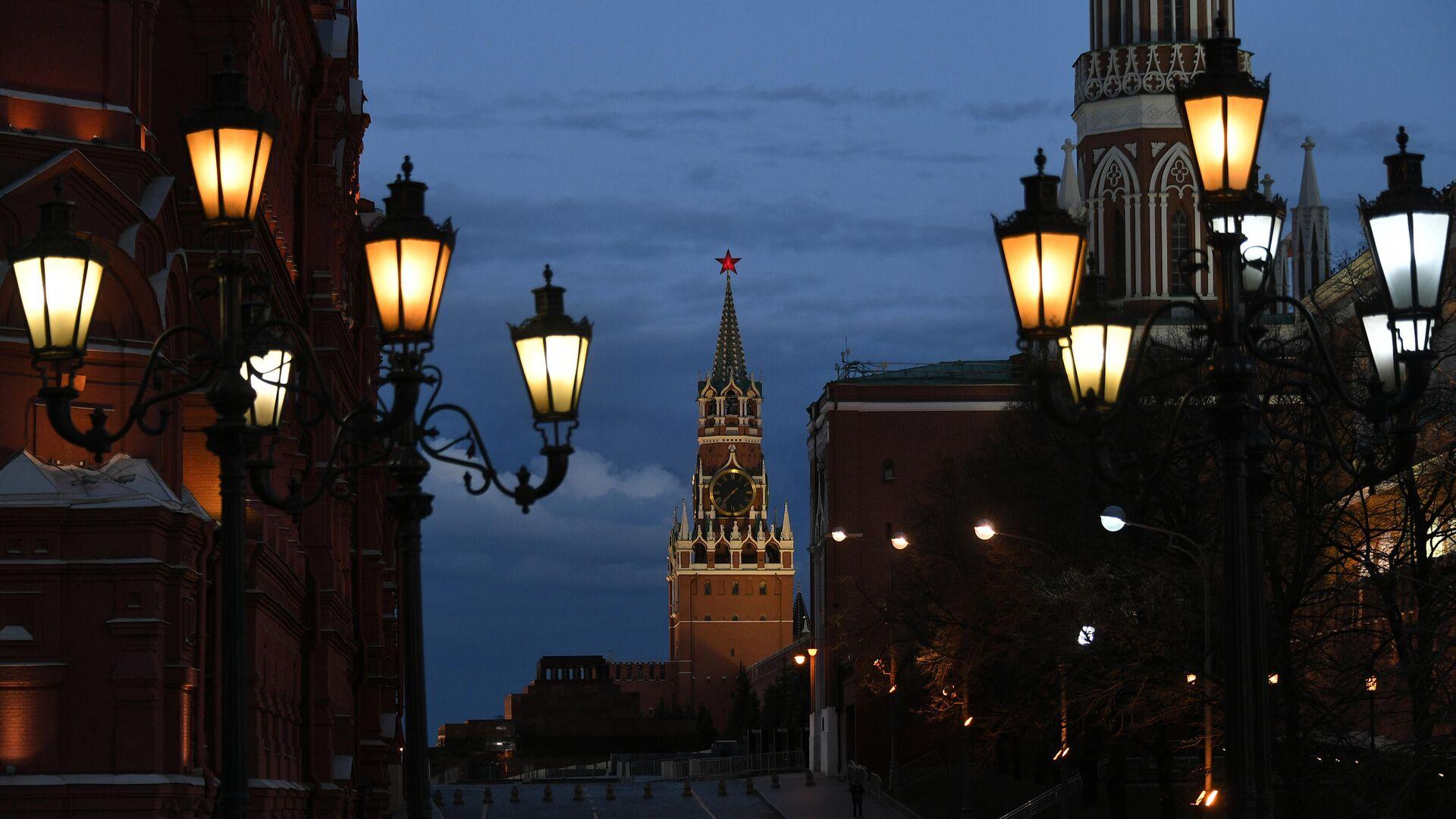Фонари на Охотном ряду и Спасская башня Московского Кремля с вечерней подсветкой - РИА Новости, 1920, 07.09.2021