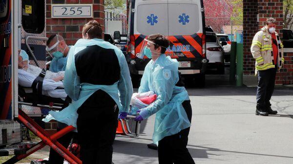 Врачи скорой помощи госпитализируют пациента с коронавирусом в Челси, штат Массачусетс